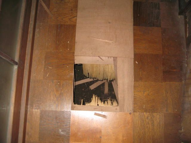 穴の開いた床